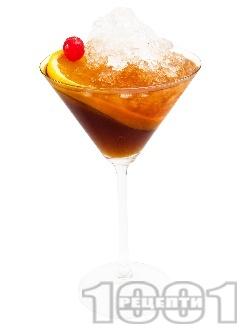 Манхатън коктейл (Manhattan Cocktail) с уиски, вермут, битер и портокал в чаша за мартини - снимка на рецептата